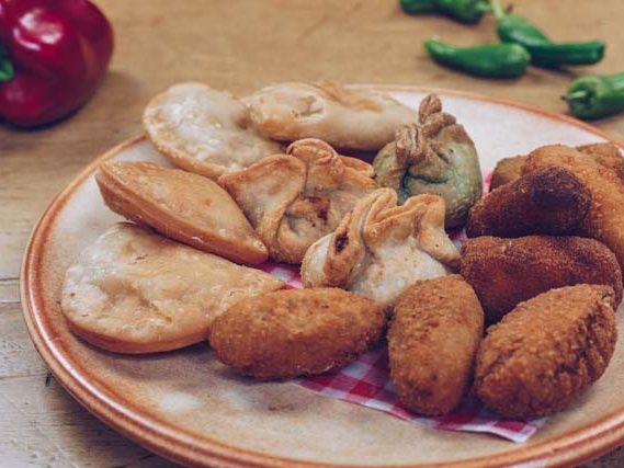 mix van frituur kroketjes empanadas